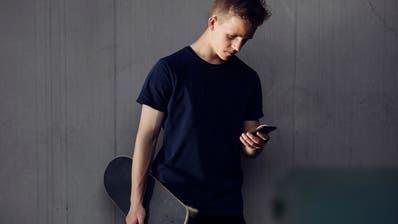 Dank Smartphones sind die Jugendlichen heute mobiler als früher und kehren den stationären Jugendtreffs vielerorts den Rücken. (Bild: Keystone)