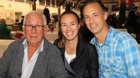 Martina Hingis posiert mit Gatte Harald Leemann (rechts) und Schwiegervater Karlheinz Leemann. (Bild: Charly Keiser, Zug, 10. Juni 2019)