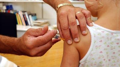 Ein Kind wird in Frauenfeld gegen Masern, Mumps und Röteln geimpft. (Nana do Carmo)