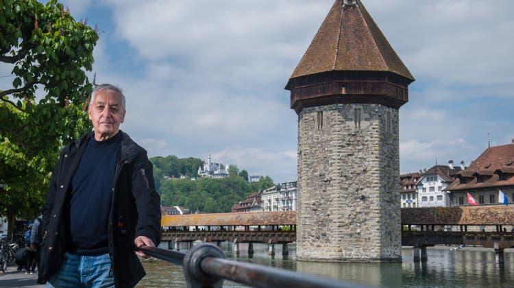 Der Historiker Heinz Horat vor dem Wasserturm, Luzerns Wahrzeichen.Bild: Boris Bürgisser (Luzern, 16. Mai 2019)