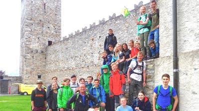 Am Ziel angekommen: Die 24 Schülerinnen und Schüler sowie ihre Begleitpersonen auf dem Castelgrande in Bellinzona. (Bild: PD)