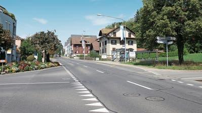 Bevor die Chamerstrasse Eigentum der Gemeinde wird, muss die Sonnhaldenstrasse (links) saniert werden. (Bild: Maria Schmid, 27. August 2018)
