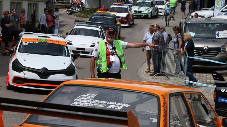 Damit jedes Fahrzeug zum richtigen Zeitpunkt am richtigen Ort ist, sind die Mitarbeiter des Ressorts Fahrerlager verantwortlich. Sie dirigieren unter anderem die Fahrer an den Start. (Bild: Bergrennen Hemberg 2018)