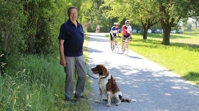 Spaziergänger wie Alois Hofman kommen nur schwer an den Velofahrern vorbei. (Bild: Jolanda Riedener)