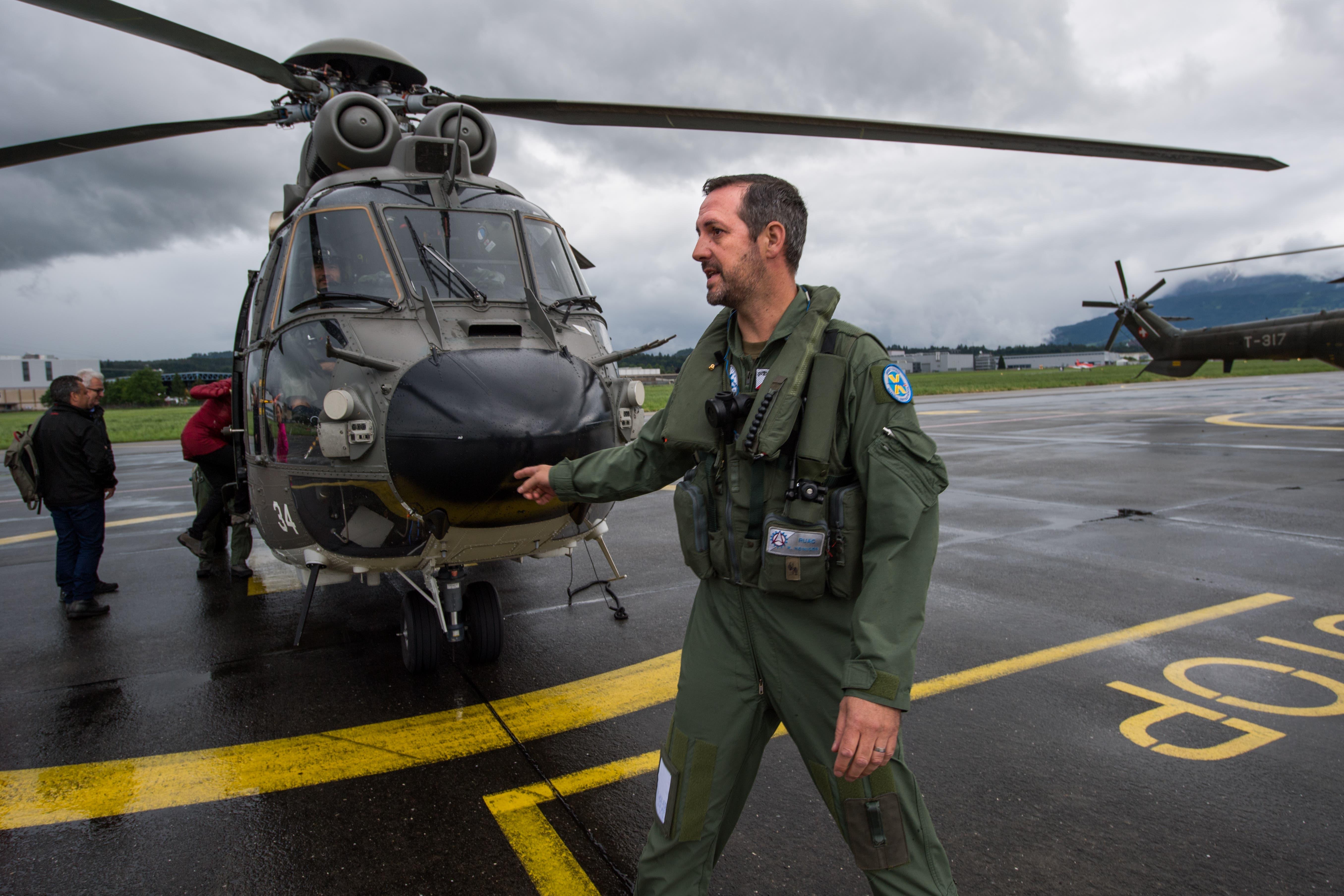 Kurt Heiniger, einer von drei Helikopter-Piloten, weist die Gäste ein. (Bild: Eveline Beerkircher, Emmen, 12. Juni 2019)
