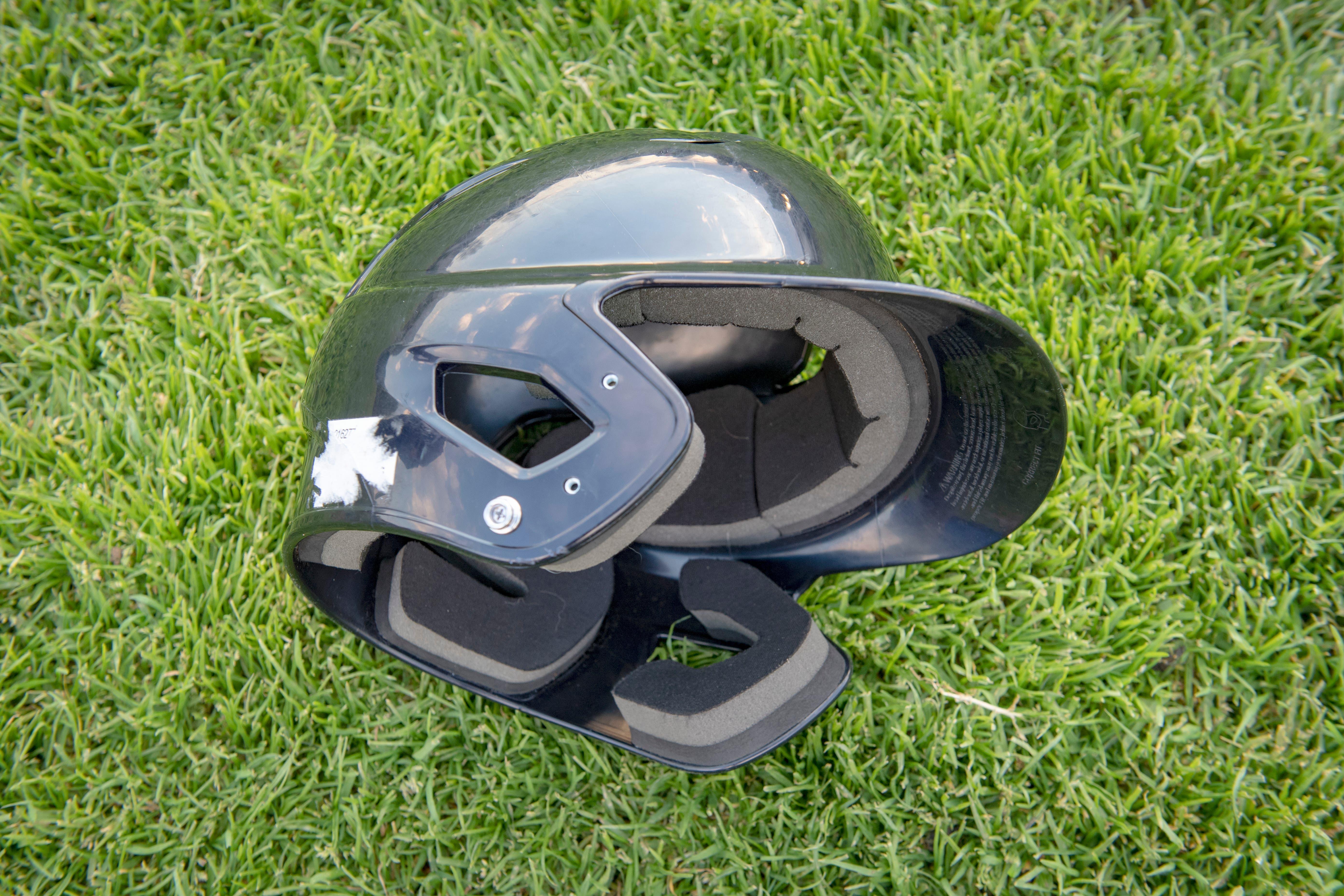 Helm: Auch der Schlagmann muss einen Helm mit Ohrschutz tragen.