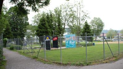 Das neue Bistro-Eingangs-Gebäude für die Badi und den Minigolf ist in diesem Teil der Anlage geplant. Die Minigolf-Anlage muss deshalb verschoben werden. (Bild: Martin Knoepfel)
