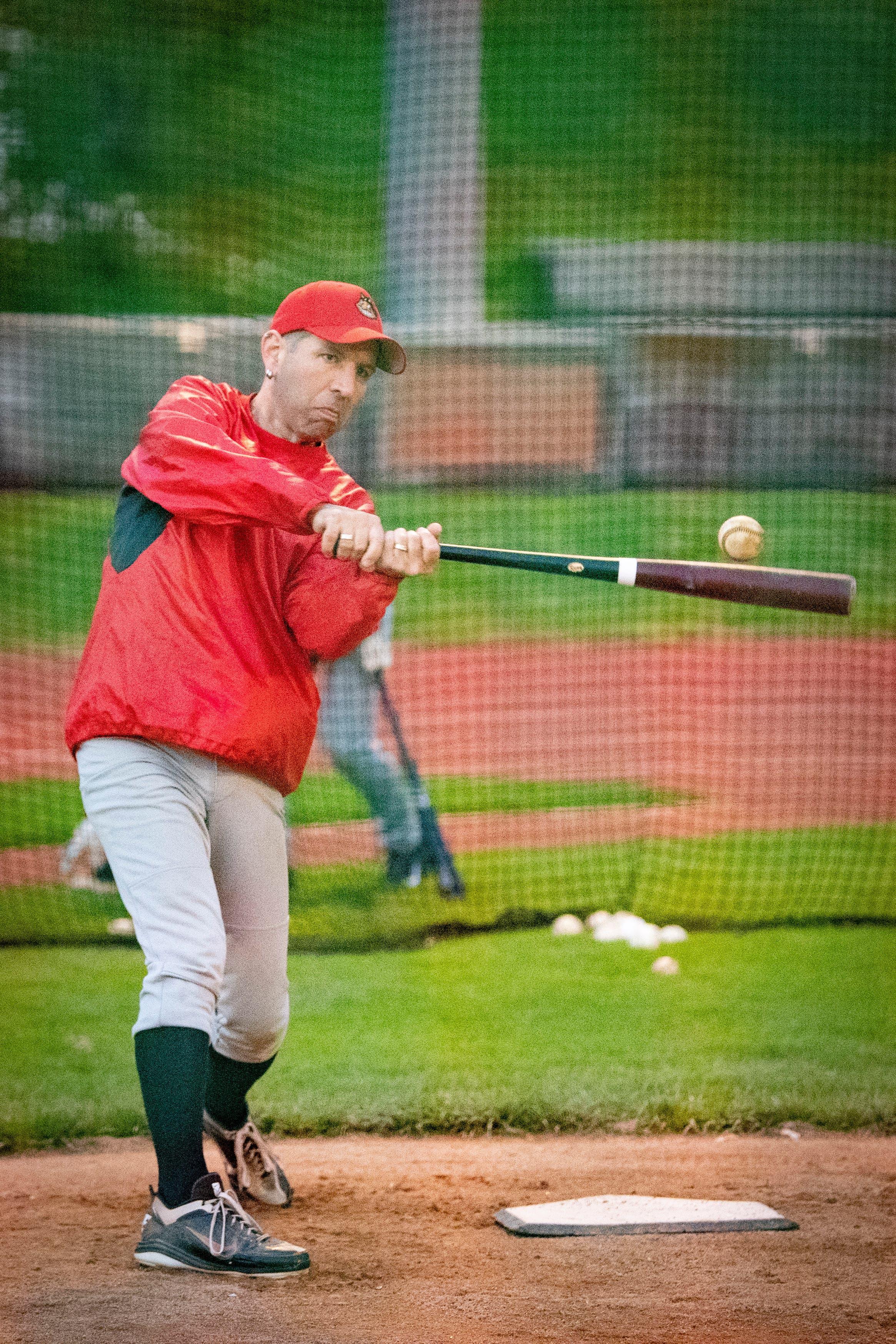Ein Schlagmann trifft den Ball – und verhindert so einen Strike.