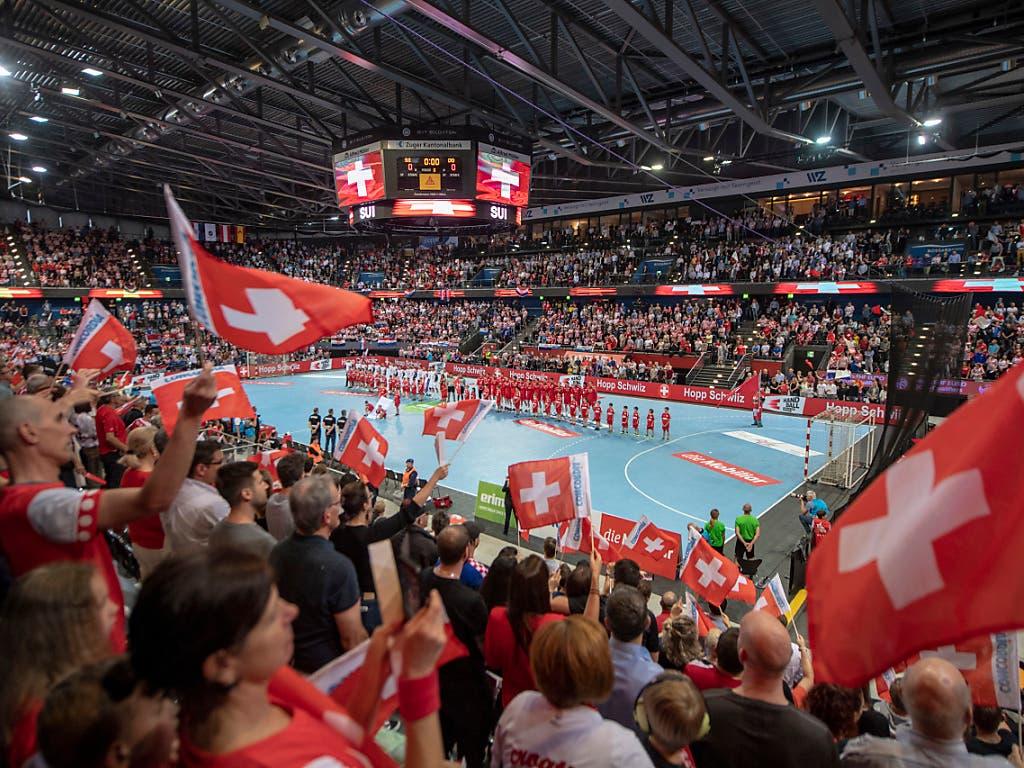 Tolle Kulisse: 6135 Zuschauer feuerten die Schweizer Handball-Nationalmannschaft bei ihrem Heimspiel in der Zuger Eishockey-Arena an (Bild: KEYSTONE/URS FLUEELER)