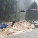 A13 nach Starkregen gesperrt - Fahrzeuginsassen in Splügen gerettet