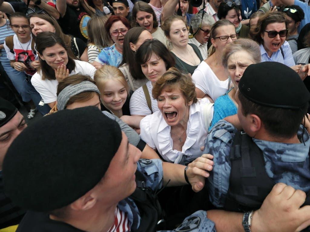 Die Sicherheitskräfte gehen gegen die Demonstranten vor. (Bild: Keystone/EPA/YURI KOCHETKOV)