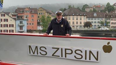 Erik Zipsin am Bug des für ihn umgetauften Motorschiffs. (Bilder: PD)
