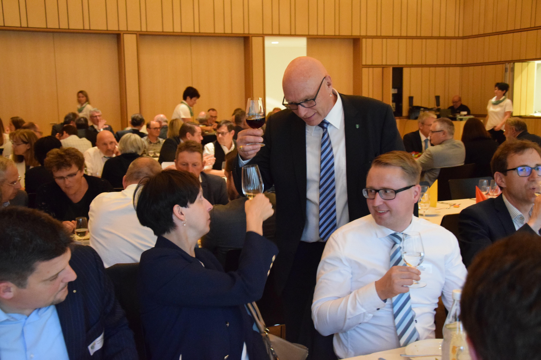 Daniel Baumgartner liess es sich nicht nehmen, mit allen Anwesenden anzustossen. Im Bild mit Susanne Hartmann, der Stadtpräsidentin von Wil.