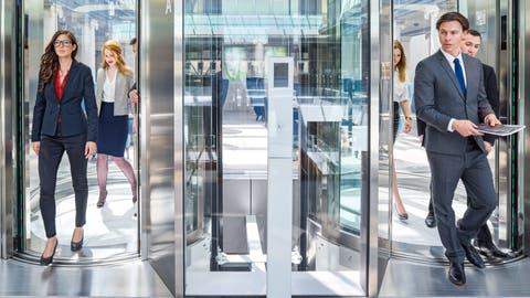 Auf gleicher Stufe: Frauen und Männer sollten gleich viel verdienen, darüber sind sich Zentralschweizer Firmen einig. (Bild: Schindler Press Picture)