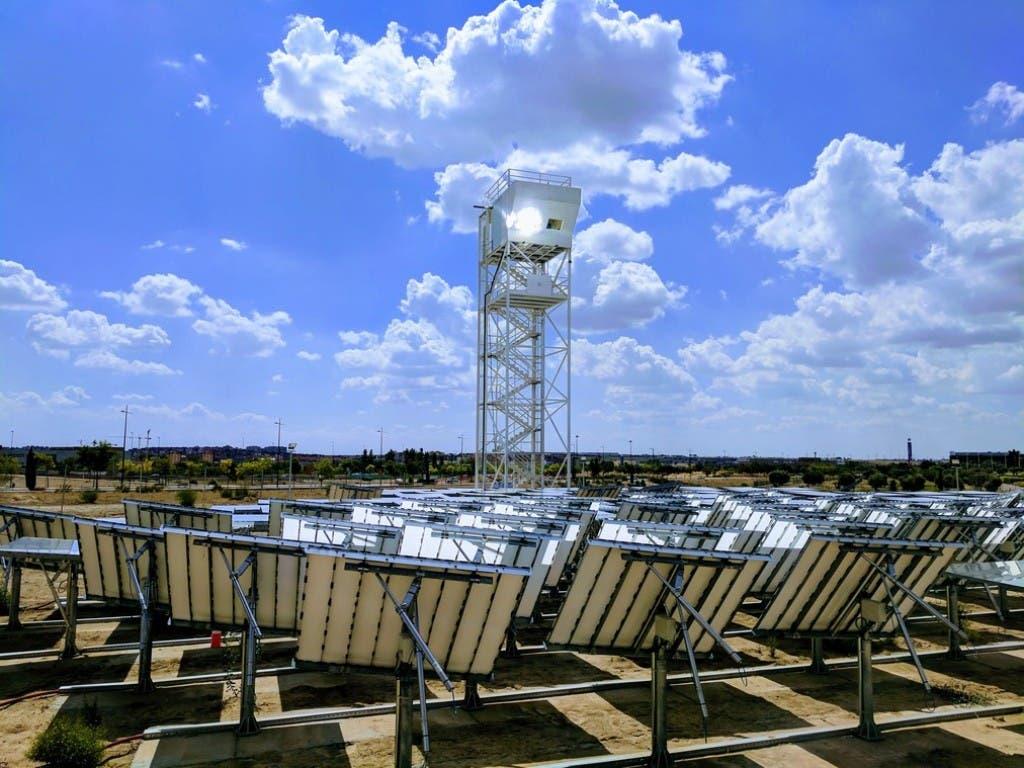 In Madrid steht eine zweite Solarraffinerie der ETH in Form eines Turmes. (Bild: ARTTIC 2019/ Christophe Ramage)