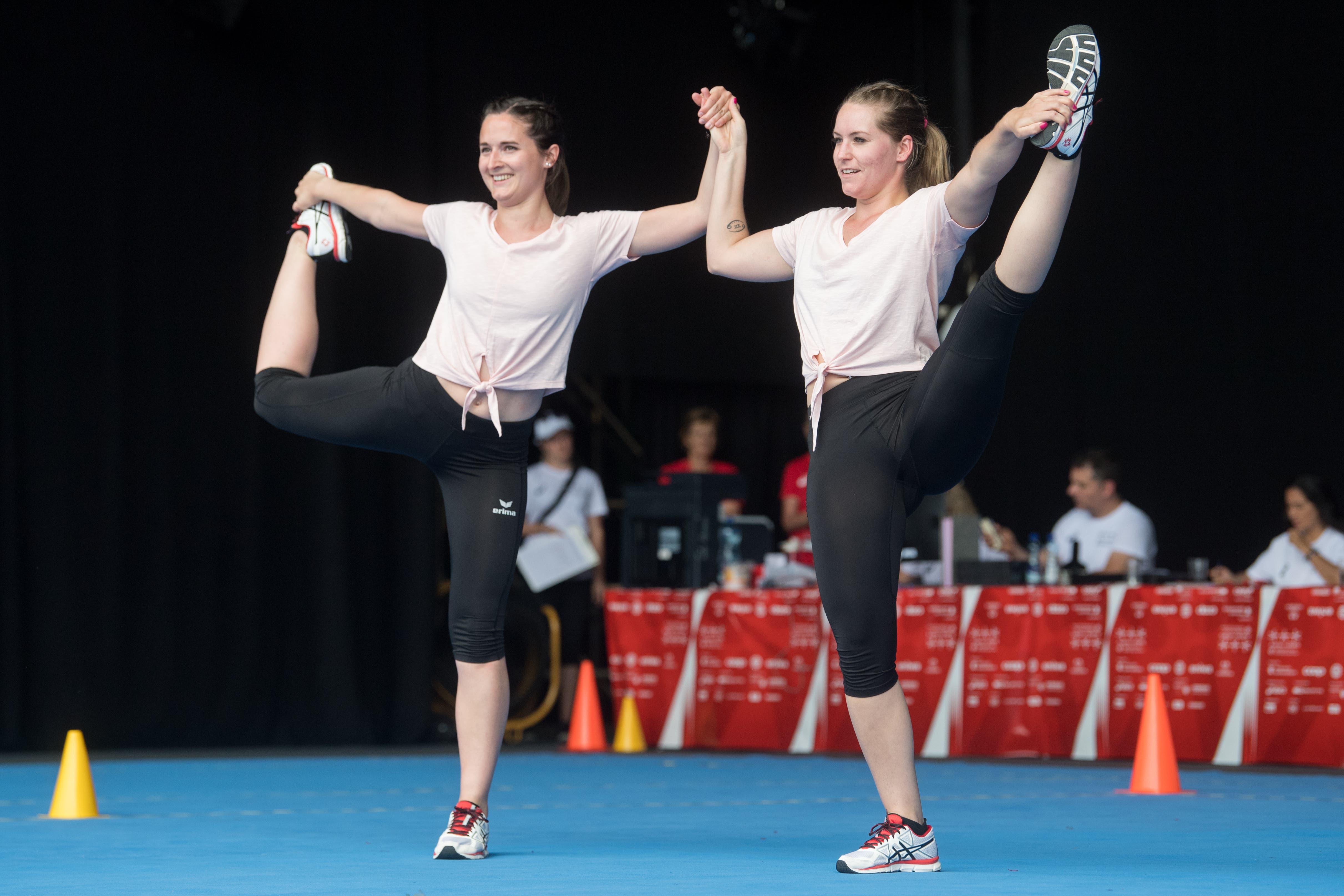 Deborah Leu und Claudia Schnüriger vom TV Dagmersellen bei ihrer Aerobic Vorführung in der Kategorie Aktive Paare. (Bild: Boris Bürgisser, Aarau, 14. Juni 2019)