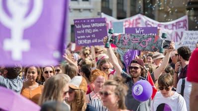 Beim Frauenstreik marschierten Frauen und Männer durch die Stadt und forderten um Gleichstellung.(Bild: Pius Amrein, Luzern, 14. Juni 2019)