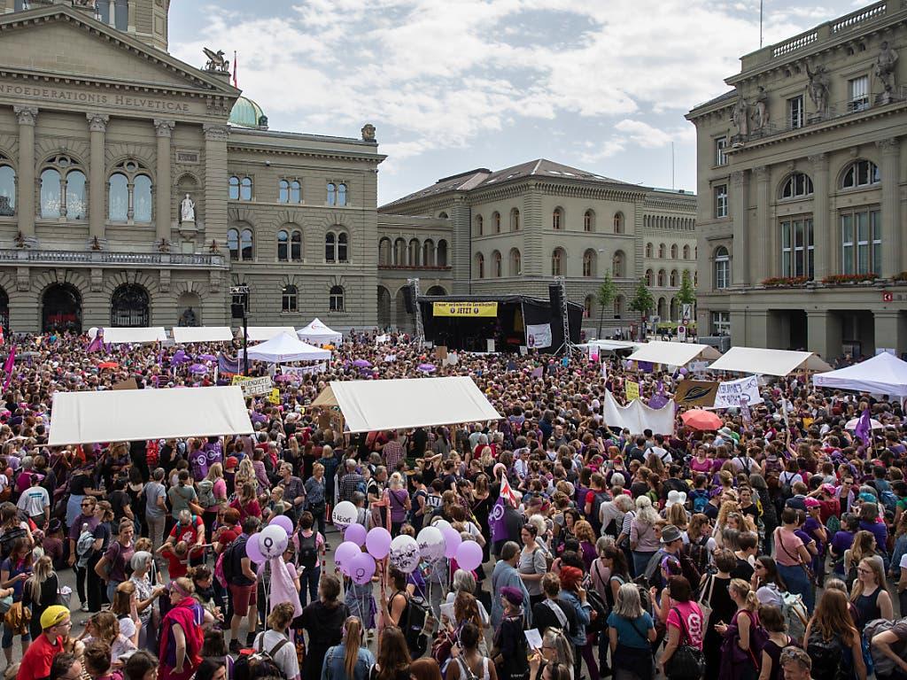 Der Bundesplatz quoll bereits am Nachmittag über. Bern erlebte am Frauenstreiktag einen friedlichen und farbigen Grossansturm. (Bild: KEYSTONE/PETER KLAUNZER)
