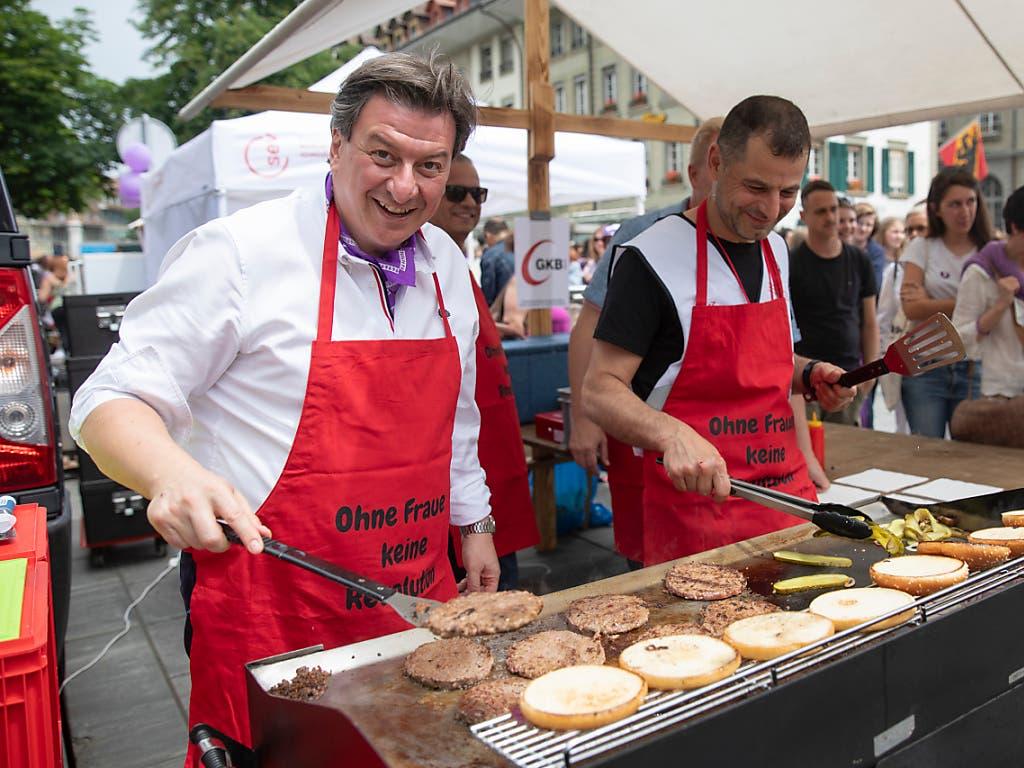 Der Berner SP-Nationalrat Corrado Pardini stand am Mittag auf dem Bundesplatz am Grill. (Bild: KEYSTONE/PETER KLAUNZER)