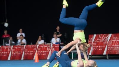 Jasmin Bucheli und Joy Märki zeigen ihre Akrobatik-Künste während der Aerobic-Vorführung in der Kategorie Aktive Paare.(Bild: Boris Bürgisser, Aarau, 14. Juni 2019)