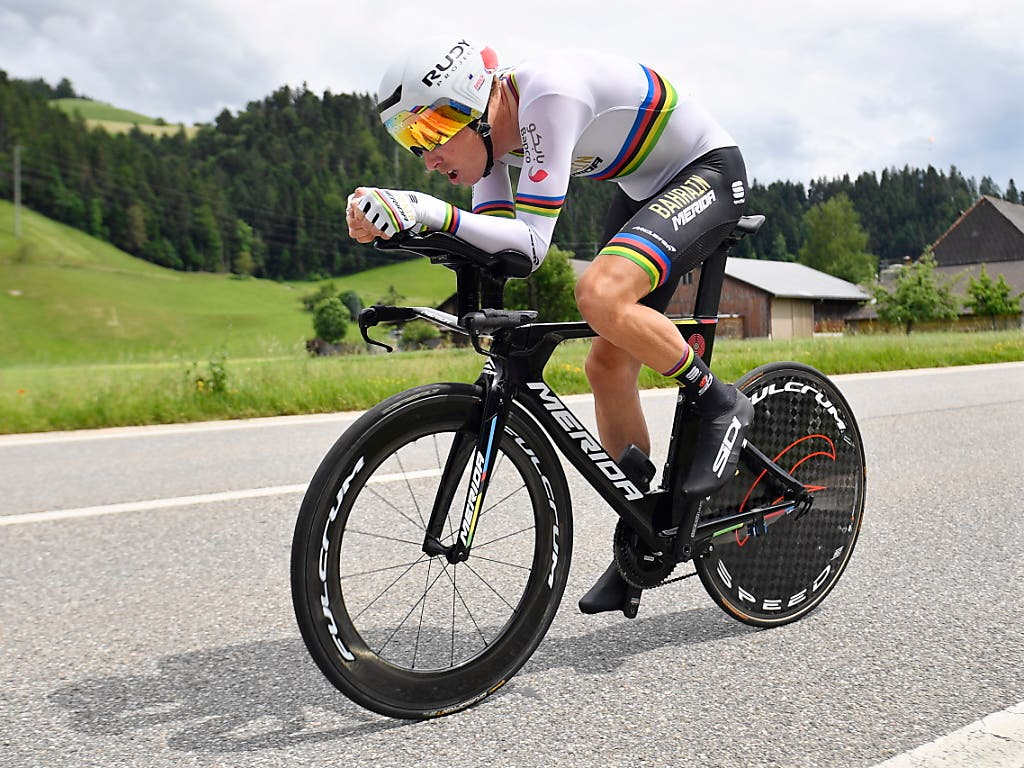Der Australier Rohan Dennis, der erste Leader der Tour de Suisse, auf dem Weg zu seinem ersten Sieg im Dress des Weltmeisters (Bild: KEYSTONE/EPA KEYSTONE/GIAN EHRENZELLER)