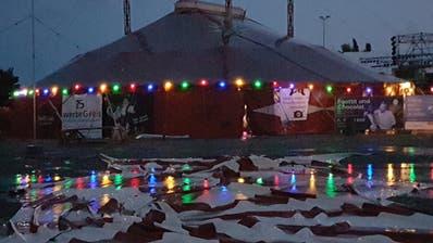 Jähes Ende einer Konstanzer Theaterpremiere: Die Geschichte vom ersten schwarzen Clown mit dem Thurgauer Clown Olli Hauenstein konnte wegen des schweren Unwetters am Samstagabend nicht zu Ende gespielt werden. Bilder: Martin Preisser