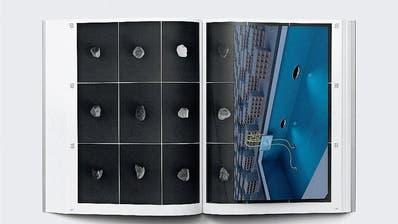 Doppelseite mit einer farbigen Klarsichtbeilage aus dem Künstlerbuch «Daniel V. Keller: For a Fish Tank or a Parking Lot». (Bild: PD)