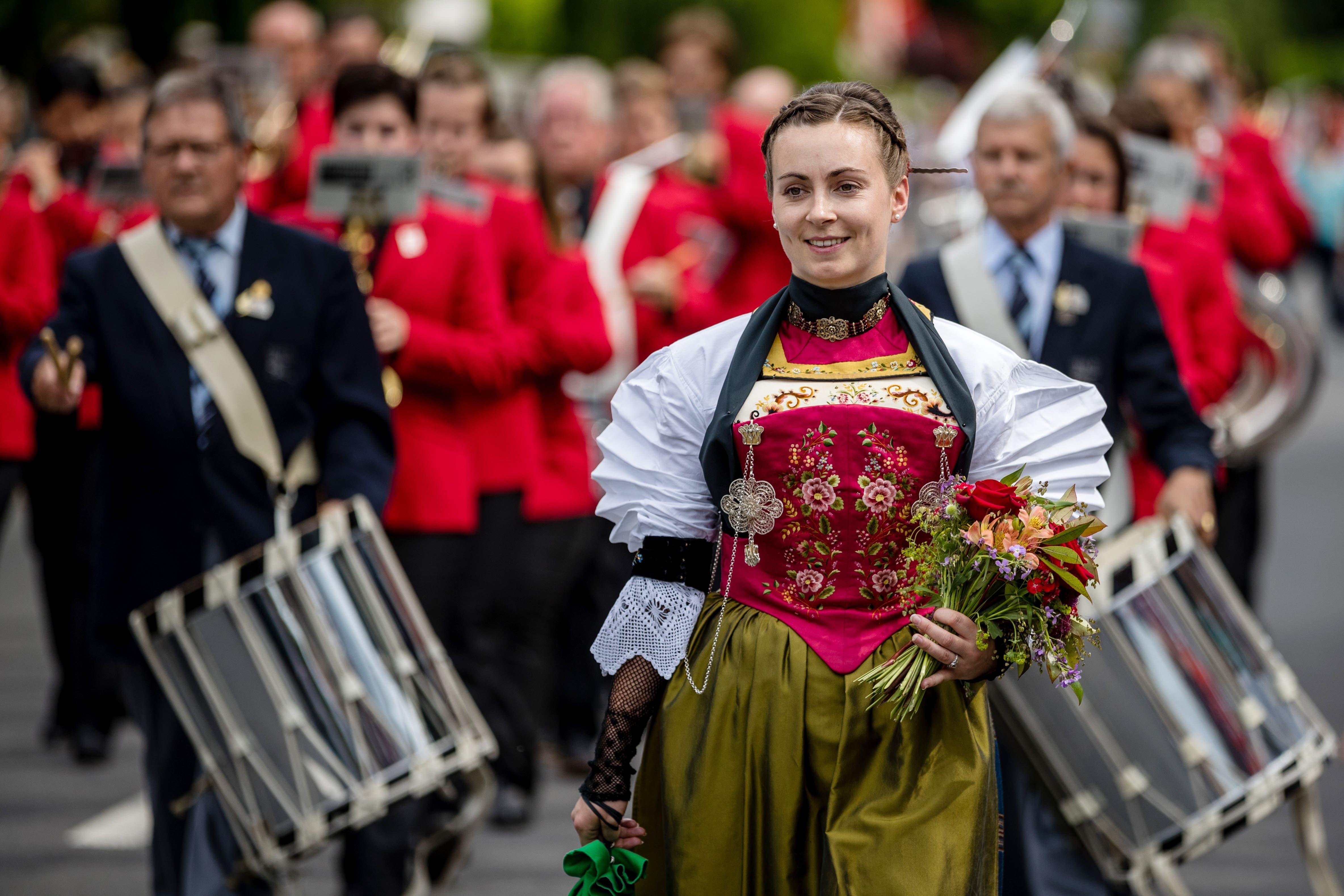 Eine Ehrendame bei der Harmoniemusik Stans bei der Parademusik. (Bild: Philipp Schmidli, Hergiswil, 15. Juni 2019)