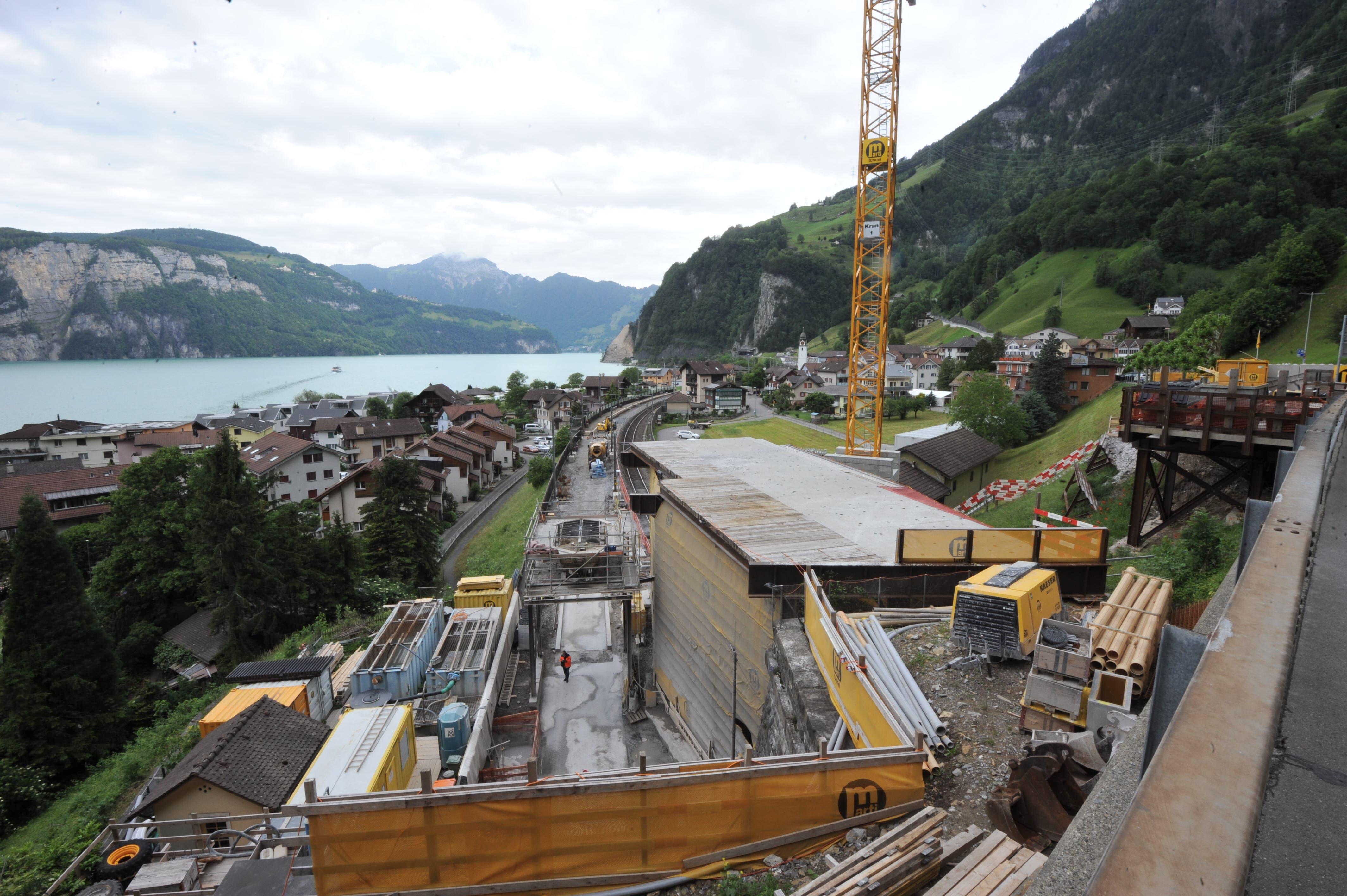 Noch herrscht in Sisikon reger Baubetrieb. Im Dezember 2019 sollen die Arbeiten abgeschlossen sein. (Bilder: Urs Hanhart, 15. Juni 2019)