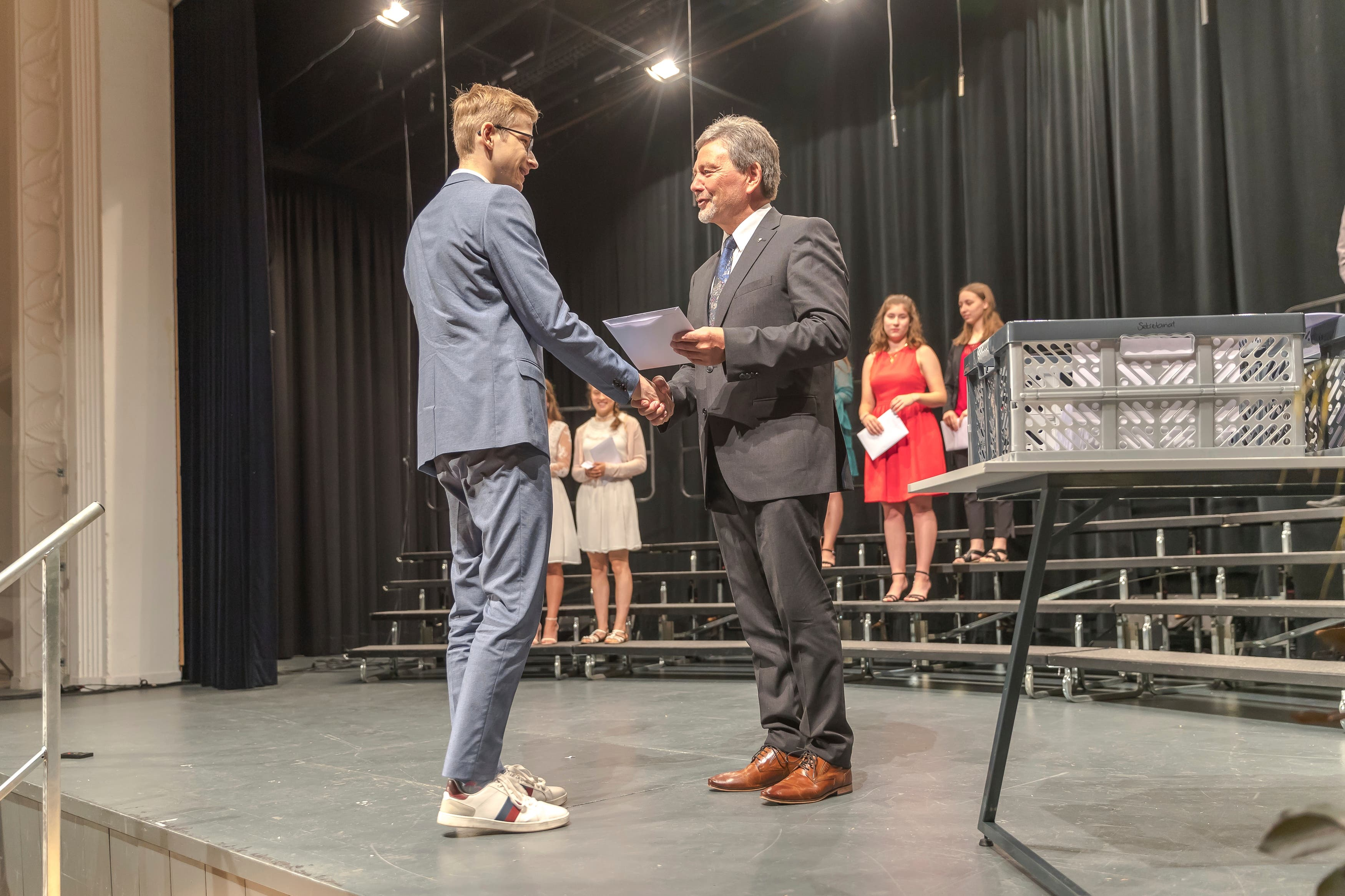 Der Nidwaldner Bildungsdirektor Res Schmid (rechts) überreicht an der Abschlussfeier im Kollegi St. Fidelis in Stans ein Maturazeugnis. (Bilder: Dani Lüthi, Stans, 15. Juni 2019)