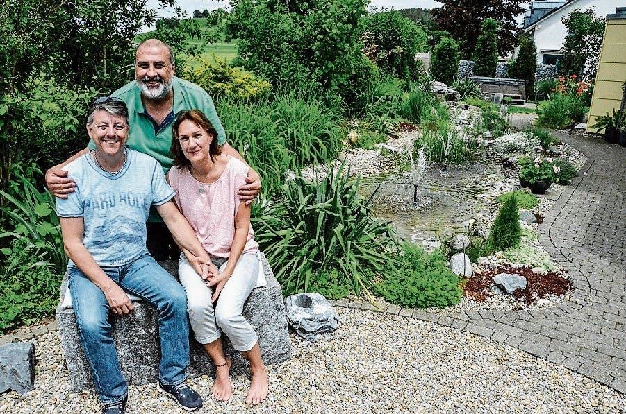 Von Arbon angereist: Doris Petersen und Mario Bresch besuchen den Garten von René Leu (stehend).