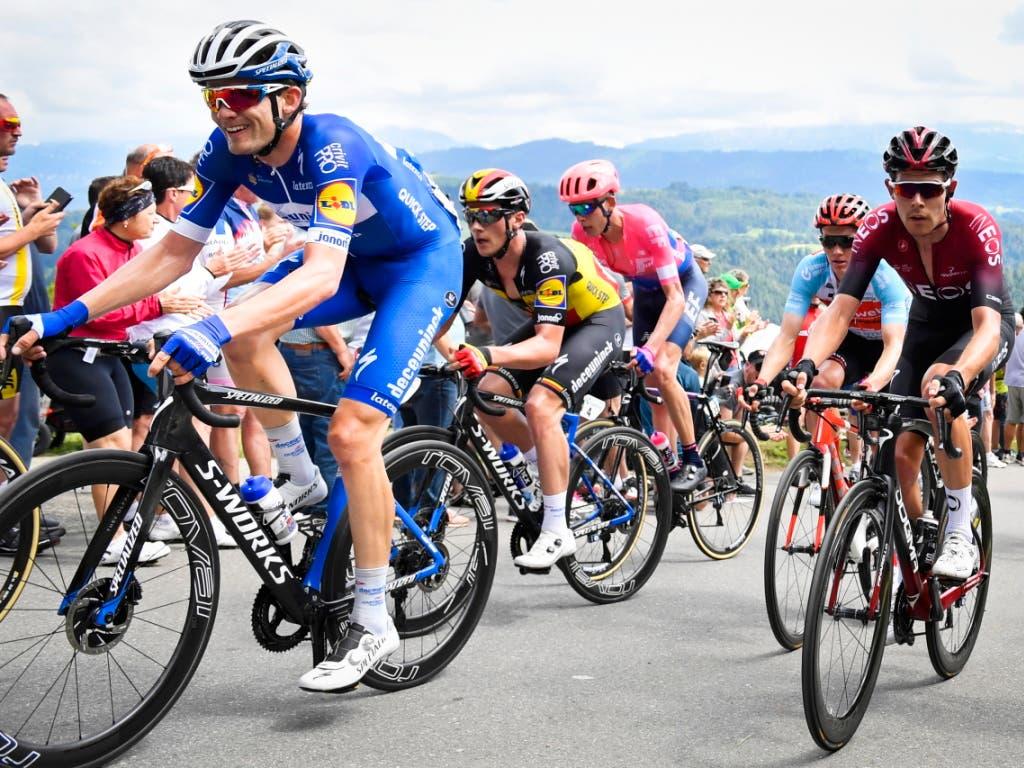 Kasper Asgreen - im blauen Trikot seiner Mannschaft Deceuninck - Quick Step - kämpft sich den Berg hoch (Bild: KEYSTONE/EPA KEYSTONE/GIAN EHRENZELLER)