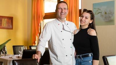 Armin Burkart und seine Tochter Raphaela im Saal, den die Thais gebucht haben. (Bild: Philipp Schmidli, Rothenburg, 16. Juni 2019)