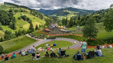 Dorf im Ausnahmezustand: Doch die Hembergerinnen und Hemberger lieben «ihr» Bergrennen. (Bild: Michel Canonica)