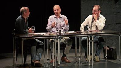 Lesung im Burgbachkeller: Moderator Sven Baier (links), Autor Cyrill Delvin und Schauspieler Marcel Schneider. (Bild: Roger Zbinden, 15. Juni 2019)