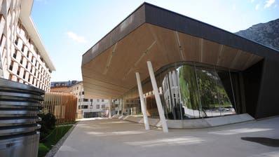Die neue Konzerthalle in Andermatt ragt wie ein Eisberg aus dem Boden. (Bild: Urs Hanhart, 16. Juni 2019)