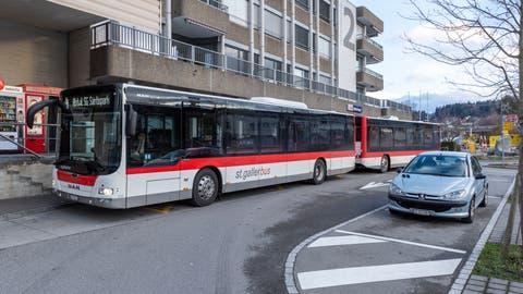 Vom Bahnhof Wittenbach bis nach Abtwil − eine Strecke, auf der die Busse oft Verspätungen einfahren. Bild: Thomas Hary (10.12.2018)