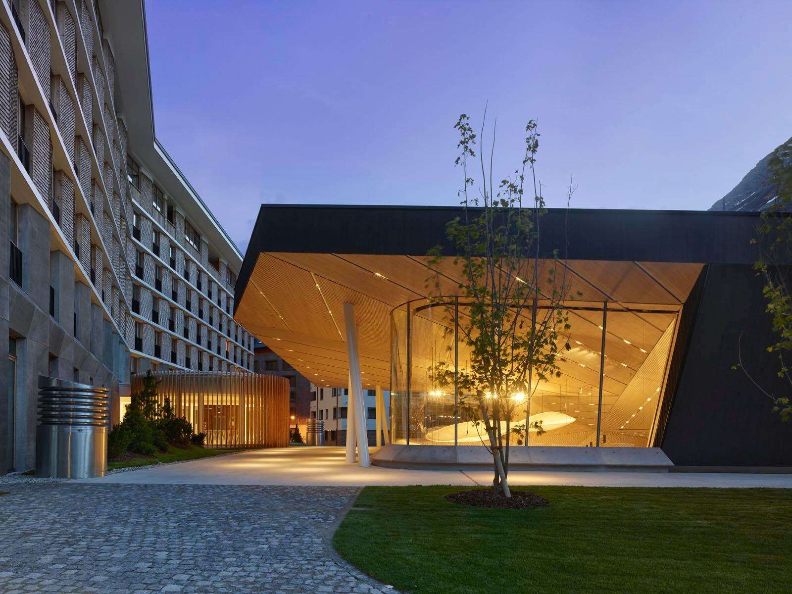 Auch bei Nacht macht das Gebäude Eindruck. (Bild: Roland Halbe, Andermatt, 14. Juni 2019)