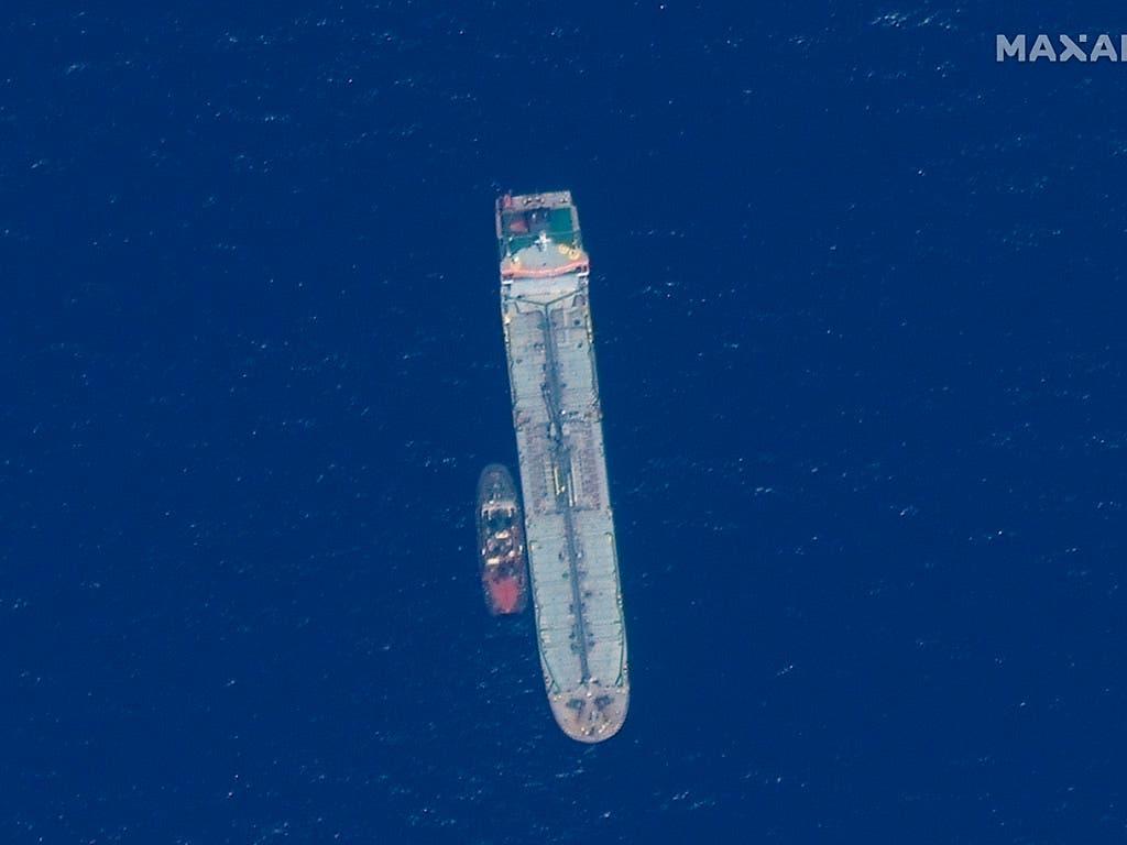 Ein von den USA veröffentlichtes Satelliten-Foto zeigt den Öltanker Kokuka Courageous im Golf von Oman zusammen mit einem anderen Schiff. (Bild: KEYSTONE/AP Satellite image '2019 Maxar Technologies)