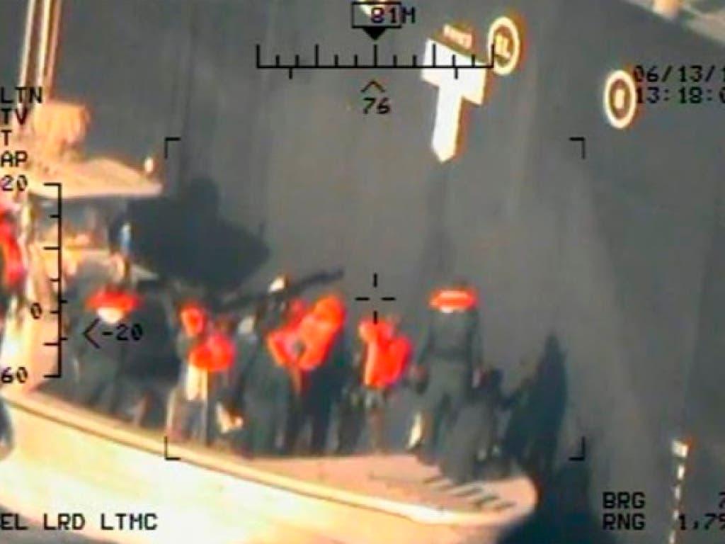 Neues angebliches Beweisfoto: Laut den USA sollen Mitglieder der iranischen Revolutionsgarden eine nicht explodierte Mine am Öltanker Kokuka Courageous entfernt haben. (Bild: KEYSTONE/AP US Department of Defense)