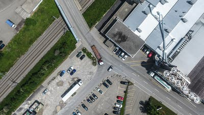 Ein Lastwagen biegt von der Hörnli- in die Wallenwilerstrasse ab. Zur Verbesserung der Verkehrssicherheit wird im Zuge der Umgestaltung der Kurvenradius der Verzweigung vergrössert. (Bild: Olaf Kühne)