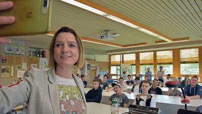 Grossbritannien-Korrespondentin Henriette Engbersen macht ein Selfie mit Lehrlingen des BWZT Wattwil. (Bild: Michael Hehli)