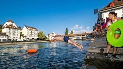 Schwimmen in der Reuss ist beliebt. (Bild: Philipp Schmidli, Luzern, 2. August 2018)