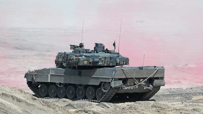 Der Leopard 2, hier bei einem Nato-Manöver in Polen, ist das Prunkstück der deutschen Waffenindustrie. Mehr als 3000 Stück wurden bisher an 16 Nationen verkauft. (Bild: Sean Gallup/Getty Images,Zagan, 12. Juni 2019)