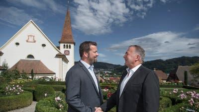 Handschlag zwischen den Gemeindepräsidenten von Ebersecken, Thomas Roos (links) sowie Altishofen, Urs Kaufmann. (Bild: Pius Amrein, 23. September 2018)