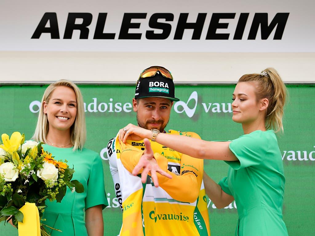 Der Slowake Peter Sagan liess sich auch nach der 4. Etappe ins gelbe Leadertrikot einkleiden (Bild: KEYSTONE/GIAN EHRENZELLER)