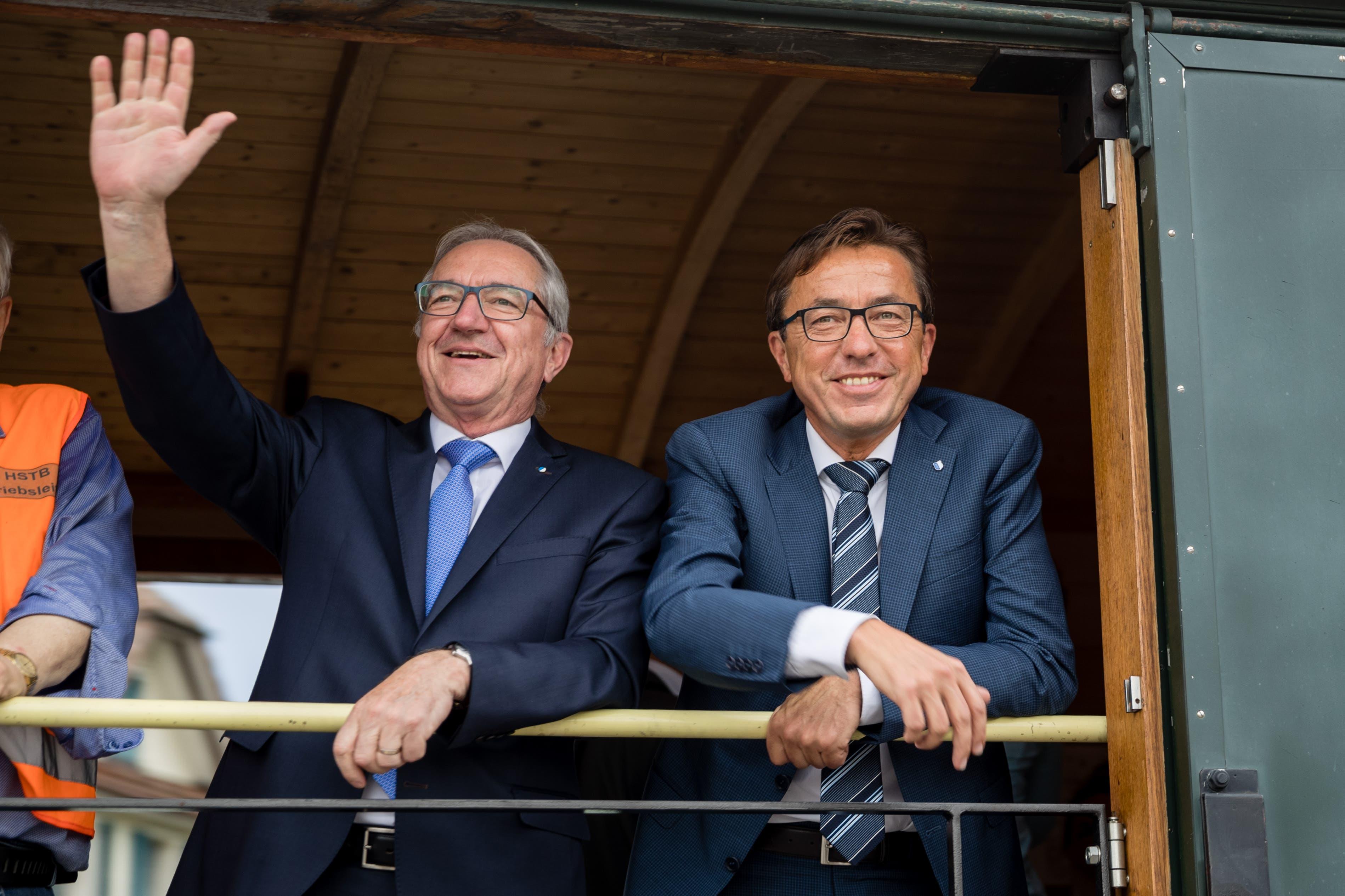 Noch-Regierungspräsident Robert Küng (links, FDP) und Kantonsratspräsident Josef Wyss (CVP) kommen mit dem Extrazug aus Luzern an.