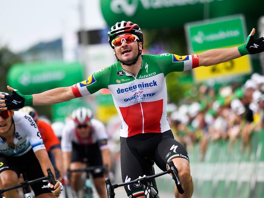 Grosse Freude bei Elia Viviani: Der italienische Meister gewann im Sprint die 4. Etappe der Tour de Suisse, die über 164 km von Murten nach Arlesheim führte. Viviani verwies den Australier Michael Matthews und Leader Peter Sagan auf die Plätze 2 und 3 (Bild: KEYSTONE/GIAN EHRENZELLER)