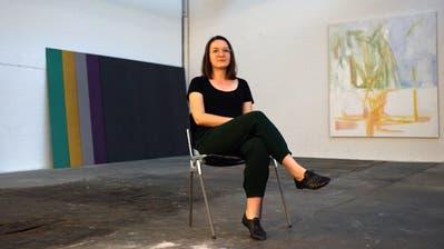 Tanz mit Bruce #10 im Shed: Kuratorin Almira Medaric vor Arbeiten von Marion Ritzmann und Nora Steiner. (Bild: Dieter Langhart)