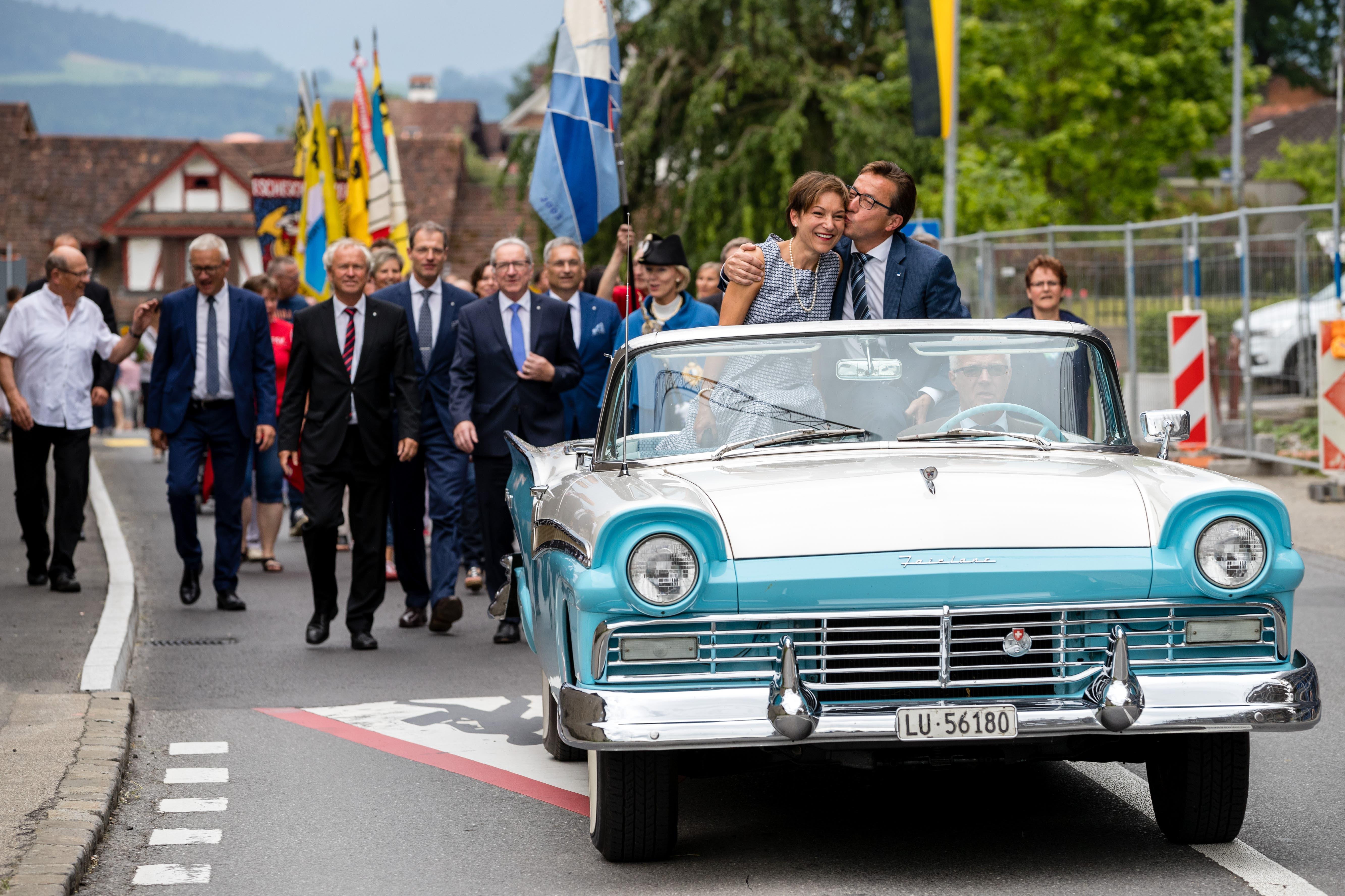 Kantonsratspräsident Josef Wyss (CVP) und seine Partnerin Liliane Schürch werden in einem Oldtimer chauffiert.